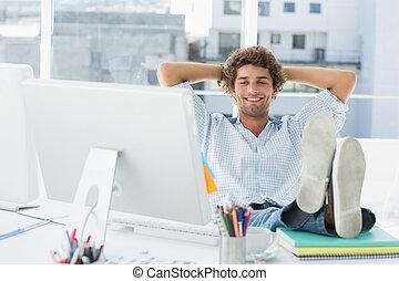 décontracté, désinvolte, homme, à, jambes, bureau, dans, clair, bureau
