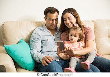 décontracté, famille, dévisager, à, a, téléphone portable
