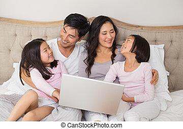 décontracté, famille quatre, portable utilisation, dans lit