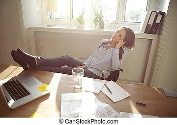 décontracté, femme affaires, à, jambes, sur, les, bureau
