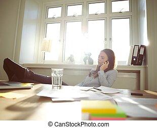 décontracté, femme affaires, parler téléphone portable, chez soi, bureau