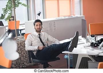 décontracté, jeune, homme affaires, à, bureau