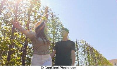 décoratif, marche, inspiré, jeune, arbres, tenant mains, couple
