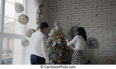 décoratif, vivant, femme, salle, arbre généalogique, décore, grand, fenêtre, arbre., décoré, homme, noël, heureux