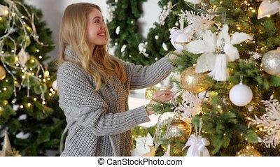 décorer, jeune, femme heureuse, arbre, elle, blonds, balle, maison, noël
