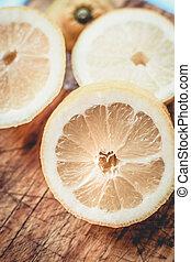 découpage, frais, coupé, sommet, vieux, citrons, board.