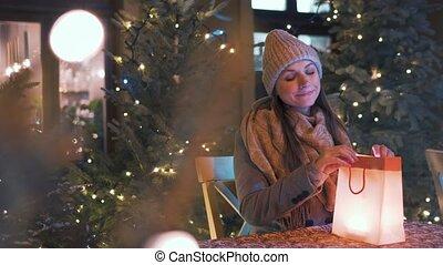 découvertes, paquet, elle, mis valeur, intérieur, quel, café, sac, regarde, there., rejoices, femme, hiver, extérieur, terrasse, cadeau, assied