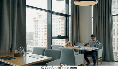 déjeuner affaires, réussi, téléphone, conversation, homme affaires, pendant, café, table.