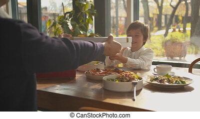déjeuner, donne, fils, présent, père, sien
