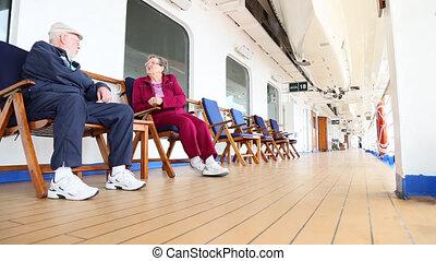 délassant, couple, bateau, pont, personne agee
