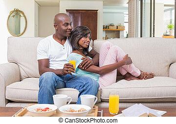 délassant, couple, divan, heureux