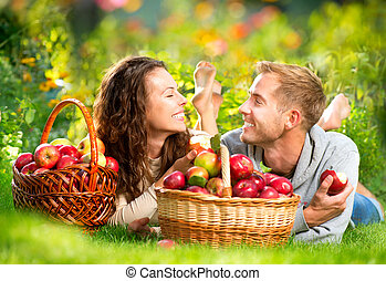 délassant, couple, herbe, manger, pommes, automne, jardin