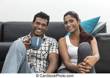 délassant, couple, heureux, jeune, indien, maison
