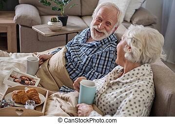 délassant, couple, mariés, maison, personne agee, heureux