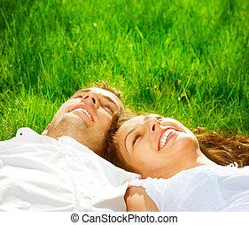 délassant, couple, parc, grass., vert, sourire heureux