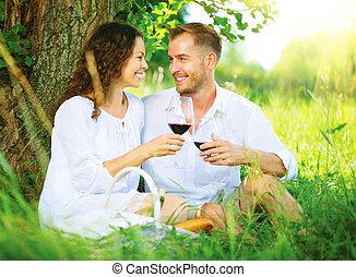 délassant, couple, parc, jeune, picnic., vin buvant