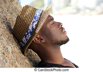 délassant, dehors, jeune, américain, africaine, chapeau, homme