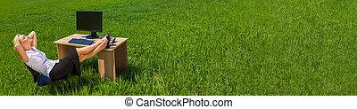 délassant, femme affaires, panorama, champ, bureau vert, bannière