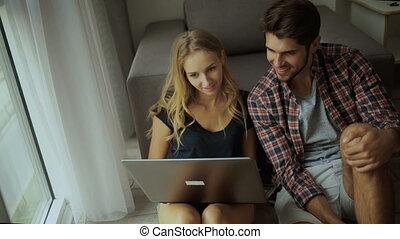 délassant, gens, ordinateur portable, jeune, deux, home.