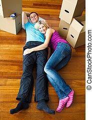 délassant, maison, couple, floor., en mouvement, heureux