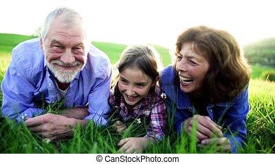 délassant, nature, printemps, couple, petite-fille, dehors, grass., personne agee