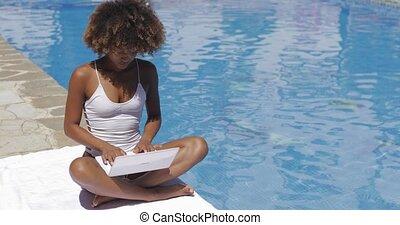 délassant, ordinateur portable, contenu, girl, apprécier, piscine