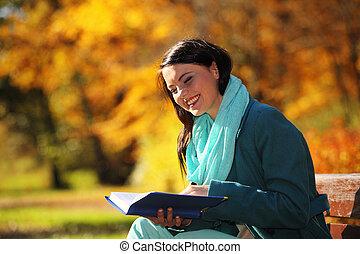 délassant, parc, automnal, jeune, livre, lecture fille