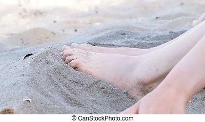 délassant, pieds, personne, sable, femme, caucasien