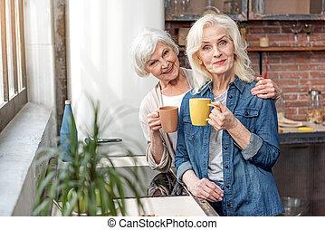 délassant, tasse, boisson chaude, femmes aînées, heureux