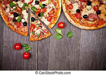 délicieux, italien, pizzas, servi, sur, table bois