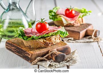 délicieux, salami, à, tomate, et, salade verte