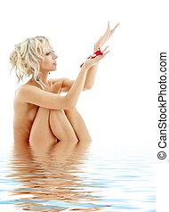dénudée, blonds, à, pétales rose, dans, eau