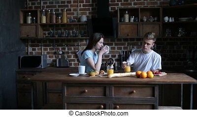 dépenser, couple, ensemble, matin, cuisine, heureux