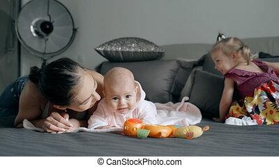 dépenser, mère, jeune, deux, bedroom., temps, enfants
