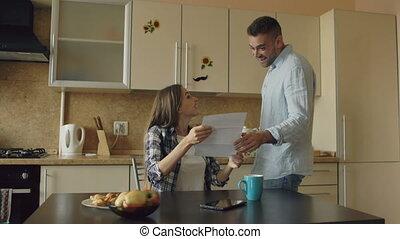 déploiement, bon, lettre, couple, recieve, quoique, séduisant, avoir, nouvelles, maison, petit déjeuner, heureux, cuisine