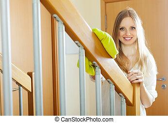 femme escalier bois grille nettoyage maison femme images de stock rechercher des. Black Bedroom Furniture Sets. Home Design Ideas