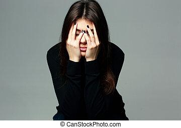 déprimé, jeune femme, à, mains par-dessus, elle, diriger,...