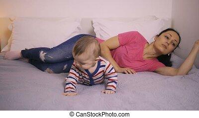 déprimé, loin, lit, mère, bébé, dévisager