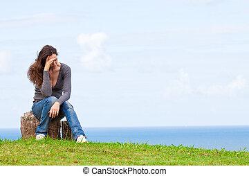 déprimé, triste, et, désordre, jeune femme, reposer dehors