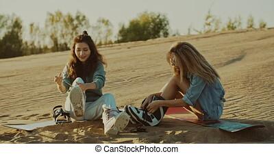 désert, attacher, mounts, sandboard, deux filles