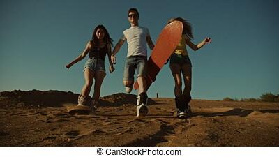désert, coucher soleil, trois, lumière, course, sandboarders