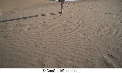 désert, ensoleillé, contre, fond, lent, soufflé, large, femme, paysage, mo, -, day., sable, jambes, angle, vent