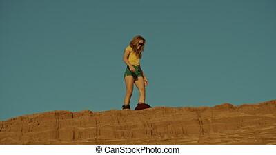 désert, falaise, femme, sandboarder