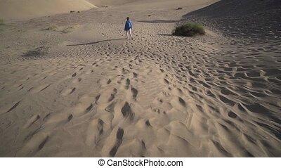 désert, solitaire, été, promenades, jeune, aride, par, femme...
