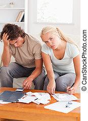 désespéré, épuisé, couple, calculer, leur, dépenses
