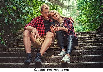 désinvolte, couple, jeune, délassant, escaliers.