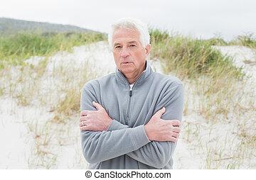 désinvolte, froid, sentiment, plage, homme aîné