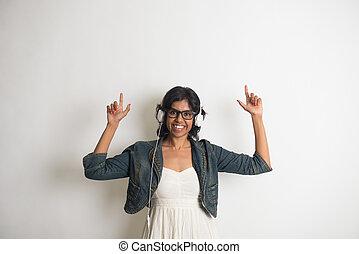 désinvolte, indien, femme, écouter musique, à, gris, fond