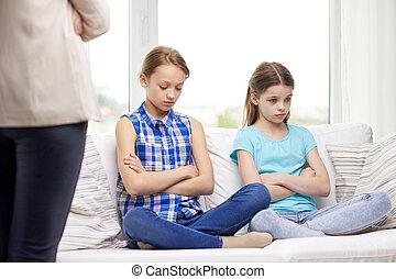 désordre, coupable, petites filles, s'asseoir sofa, chez soi