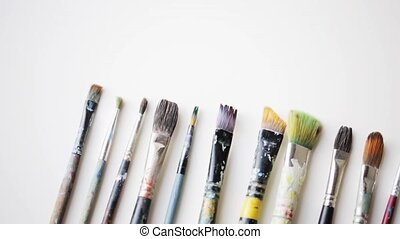 désordre, couteaux, palette, pinceaux